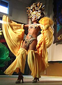 Eine brasilianische Tänzerin mit gelben Gewändern